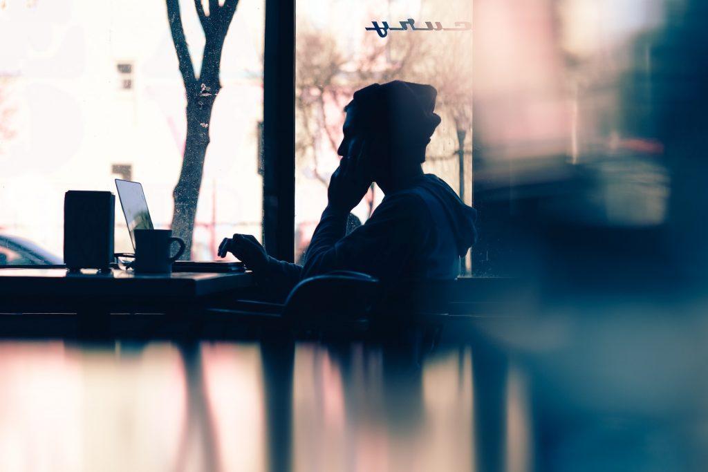 Travailler grâce au wifi dans un café lorsque l'on est free-lance