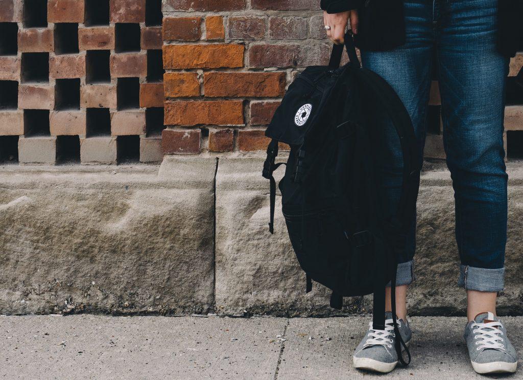 Lycéenne et sac à dos