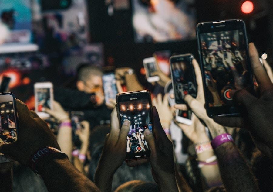 Téléphones qui filment un concert
